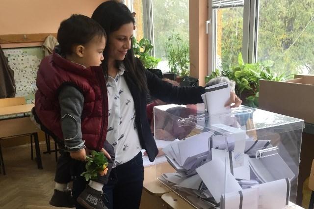 Photo of Кандидат-кметът на София от ББЦ Мария Календерска пусна своя глас точно в 09.09 часа